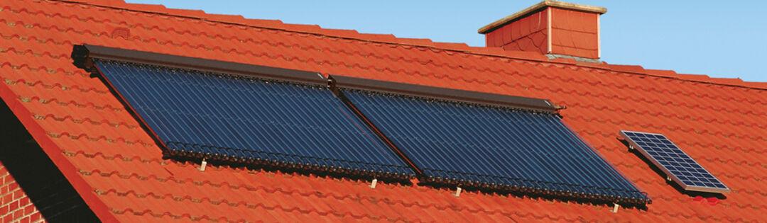 Ein rotes Dach mit einer Solaranlage