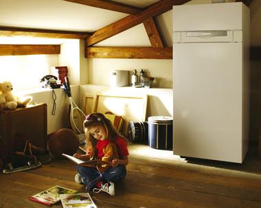 Ein Kind sitzt auf dem Boden und liest ein Buch