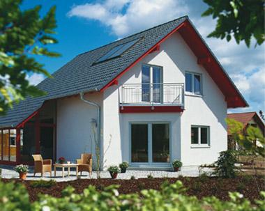 Ein weißes Haus mit schwarzem Dach